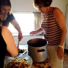 05 Barbara e Gina condiscono la pasta con le sarde